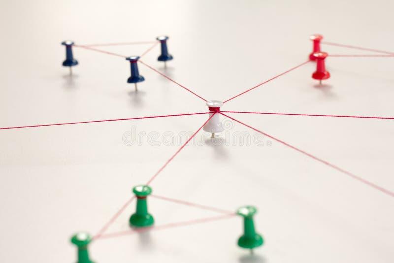 Enchaînement des entités monotone Mise en réseau, media social, SNS, abrégé sur communication d'Internet Petit réseau relié à un  photos libres de droits