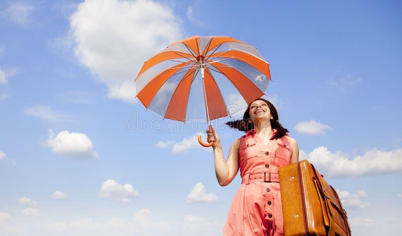 Enchanteresse de Brunette avec le parapluie et la valise photos libres de droits