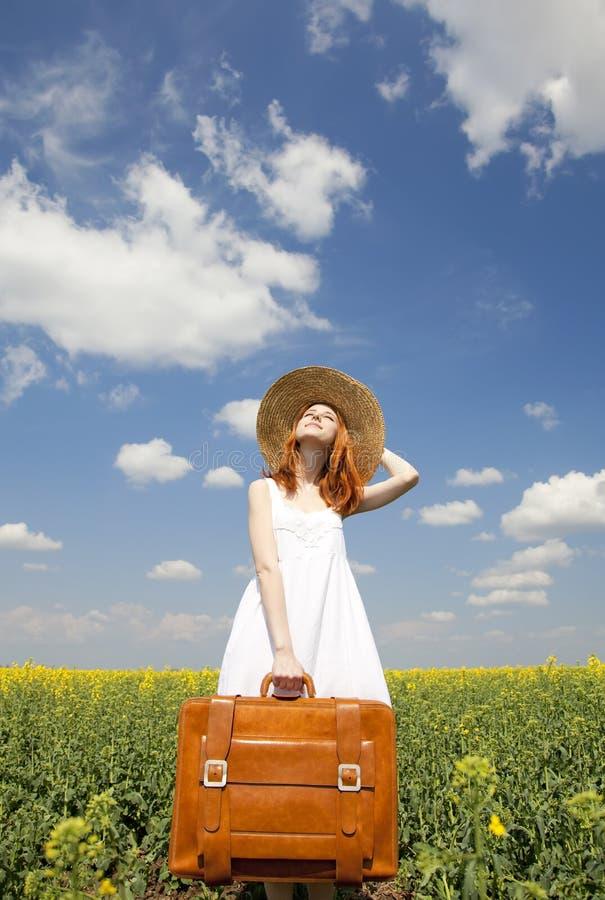 Enchanteresse rousse avec la valise photos stock