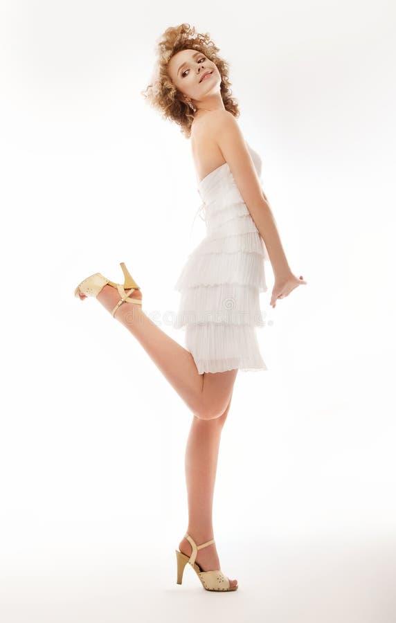 Enchantez, exaltation - la mode attendent dans la robe de mariage photographie stock