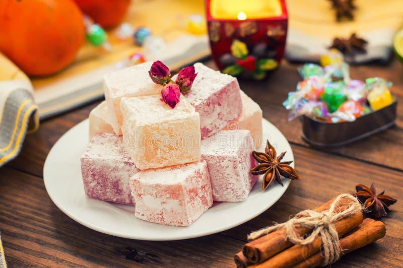 Enchantez, ou Lokum - douceur de farine de sucre, avec de l'amidon d'addition, et les écrous Le turc le plus commun, qui est main photos libres de droits