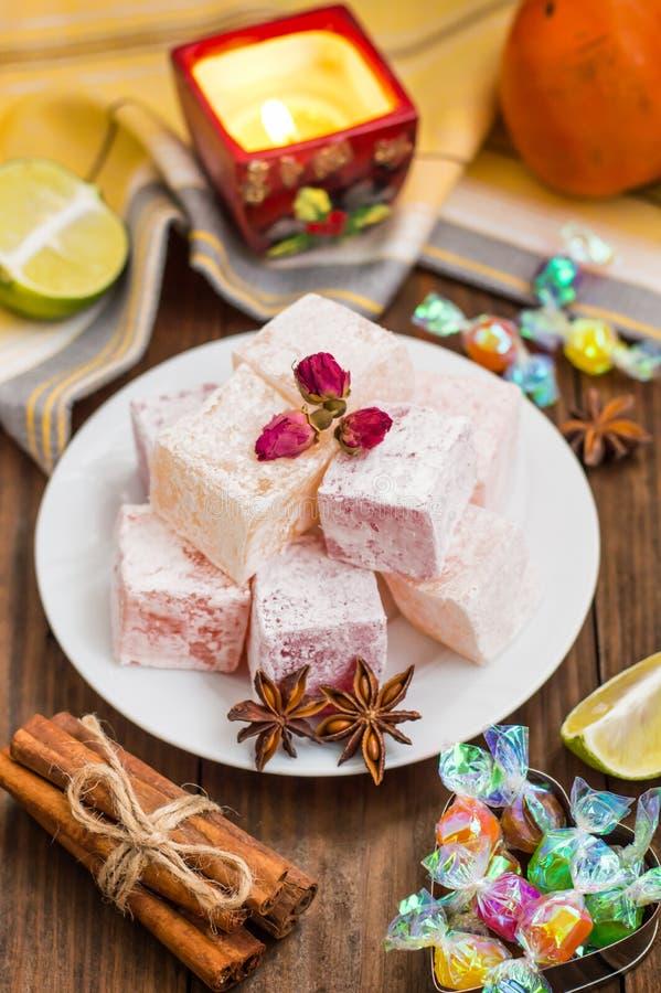 Enchantez, ou Lokum - douceur de farine de sucre, avec de l'amidon d'addition, et les écrous Le turc le plus commun, qui est main images libres de droits