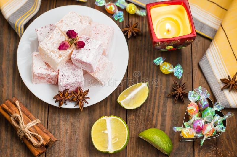 Enchantez, ou Lokum - douceur de farine de sucre, avec de l'amidon d'addition, et les écrous Le turc le plus commun, qui est main photo libre de droits