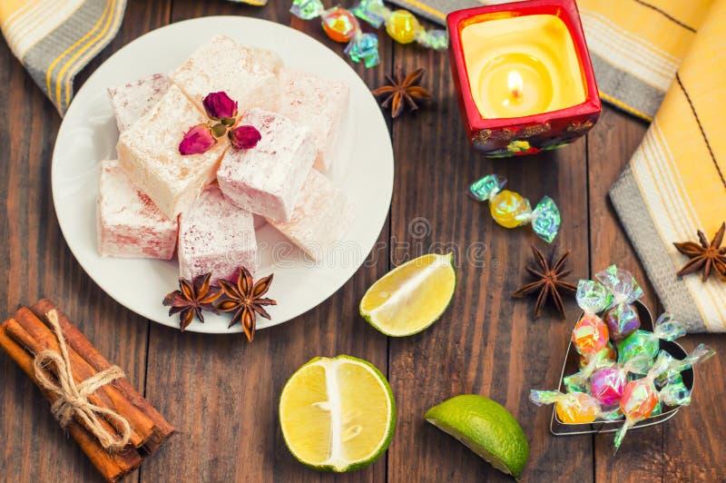 Enchantez, ou Lokum - douceur de farine de sucre, avec de l'amidon d'addition, et les écrous Le turc le plus commun, qui est main image libre de droits