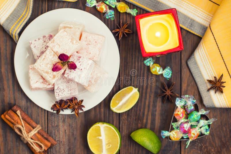 Enchantez, ou Lokum - douceur de farine de sucre, avec de l'amidon d'addition, et les écrous Le turc le plus commun, qui est main images stock