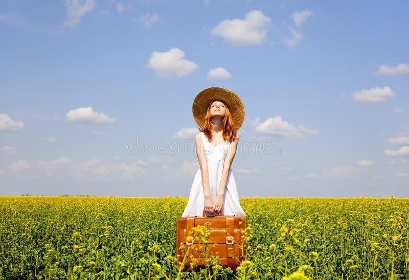 Enchantress do Redhead com mala de viagem fotografia de stock royalty free