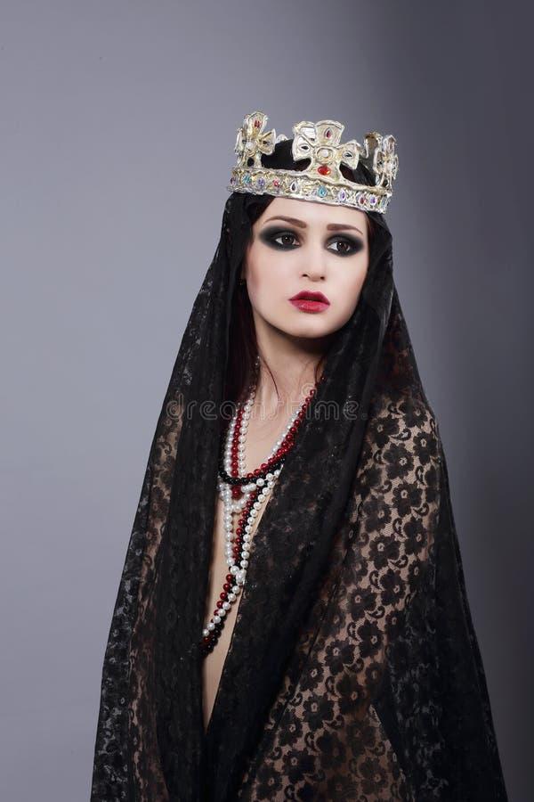enchantress Feiticeiro no envoltório e na coroa antigos foto de stock