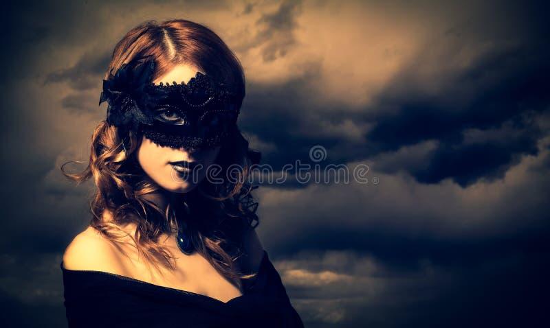 Enchantress przy burzy nieba tłem fotografia stock
