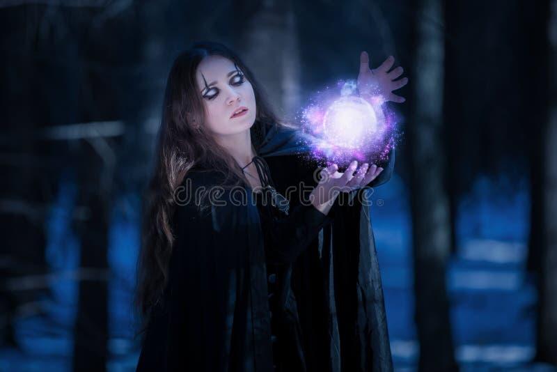 Enchantress przy magicznym pociskiem zdjęcia royalty free