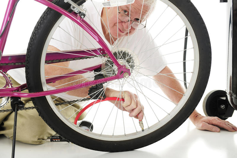 Enchendo o pneu da bicicleta fotografia de stock