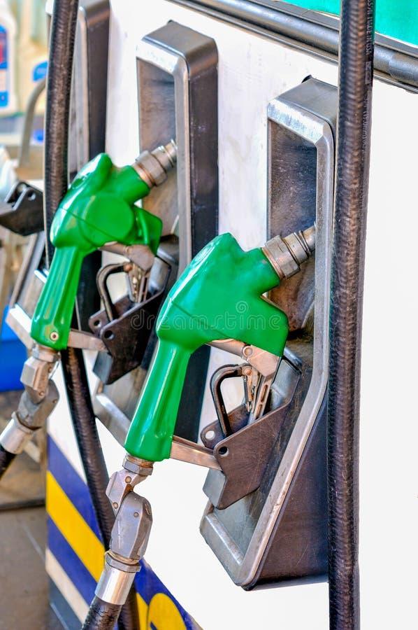 Enchendo um carro com a baixa gasolina do octano imagens de stock