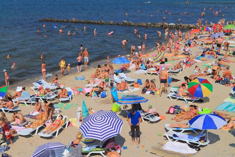 Enchido com o Sandy Beach dos povos dos veraneantes no mar Báltico imagens de stock royalty free