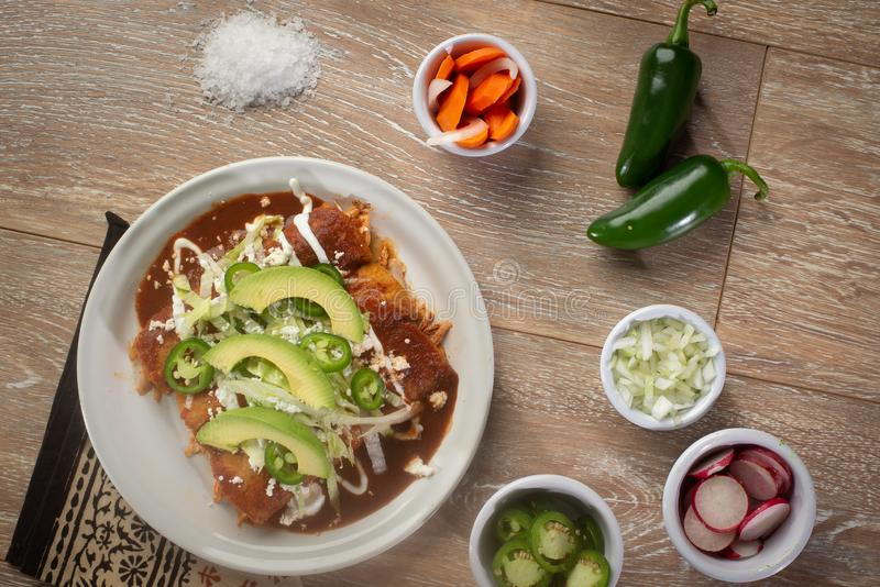 Enchiladas κοτόπουλου με τα καρότα και τα κρεμμύδια ραδικιών στοκ φωτογραφία με δικαίωμα ελεύθερης χρήσης