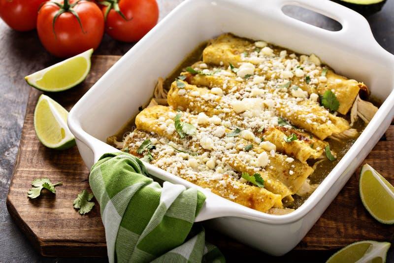 Enchiladas κοτόπουλου σε ένα casserole πιάτο στοκ φωτογραφίες