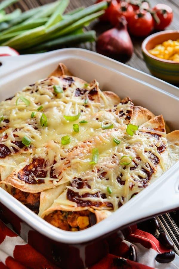 Enchiladas del pollo con salsa al pomodoro, mais, i fagioli ed il formaggio piccanti fotografie stock libere da diritti