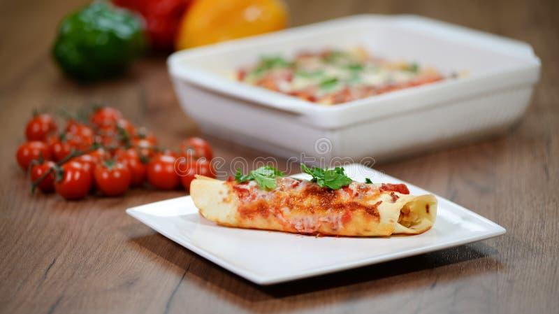 Enchiladas messicani tradizionali con carne di pollo, salsa al pomodoro piccante e formaggio su un piatto Cucina messicana immagine stock