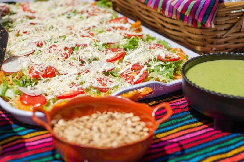 Enchiladas mexicaines avec salade sur plateau photographie stock libre de droits