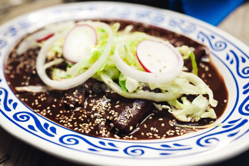 Enchiladas mit Molesoße, traditionelle mexikanische Nahrung in Puebla Mexiko stockbild