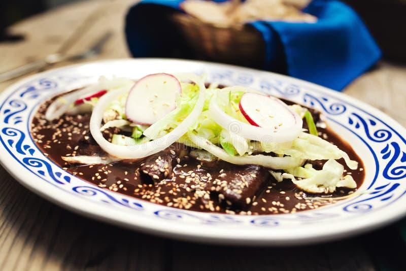 Enchiladas mit Molesoße, traditionelle mexikanische Nahrung in Puebla Mexiko lizenzfreies stockfoto