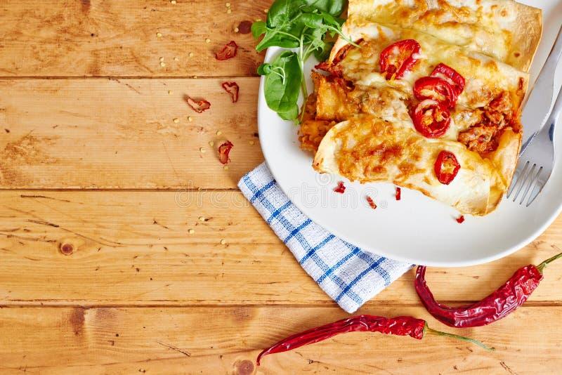 Enchiladas richten mit Draufsicht des glühenden Paprikas an stockbilder