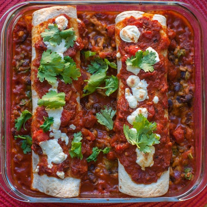 Enchiladas Rojas com Nopales e os feijões pretos fotografia de stock
