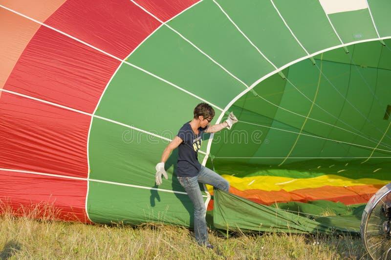 Enchimento acima do balão de ar quente imagens de stock