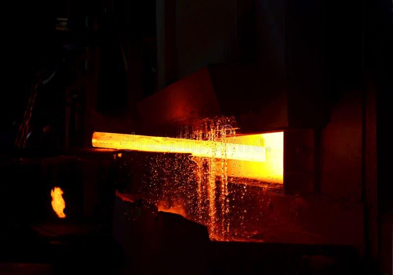 Enchimento de aço a alta temperatura em forno industrial na oficina de uma forja Processo de arrefecimento, tratamento térmico imagens de stock