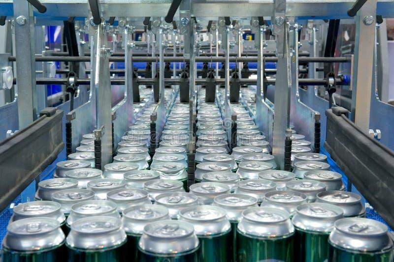 Enchimento de latas de bebida imagem de stock