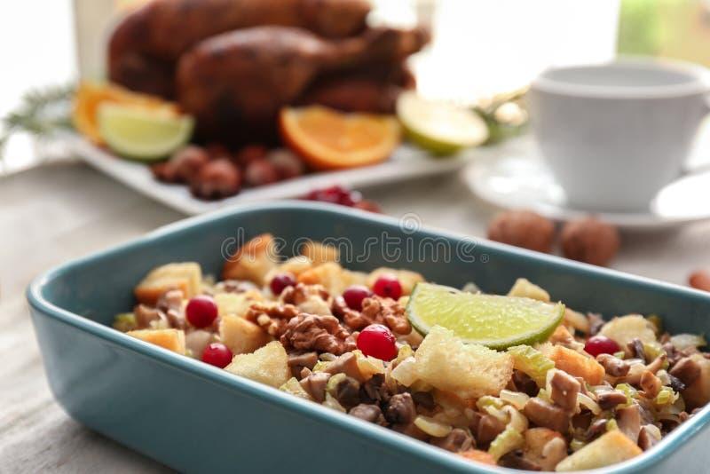 Enchimento de turquia no prato azul da caçarola foto de stock