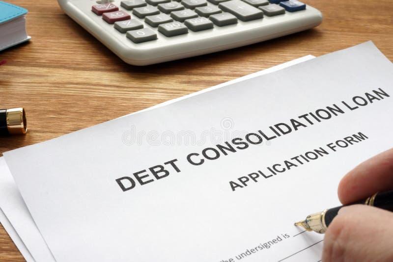 Enchimento do homem no empréstimo de consolidação do débito imagem de stock