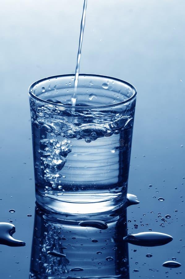 Enchimento do vidro de água imagem de stock royalty free