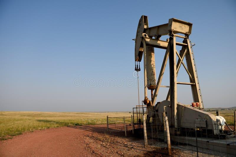 Enchufe de la bomba del petróleo crudo en la cuenca de río del polvo foto de archivo libre de regalías