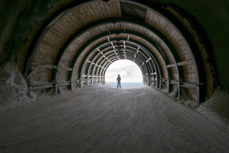 Enciéndase en el final del túnel, de la esperanza y del viaje fotografía de archivo libre de regalías