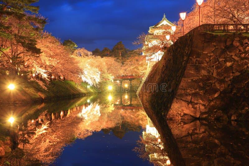 Enciéndase para arriba del castillo y de las flores de cerezo de Hirosaki imagen de archivo libre de regalías