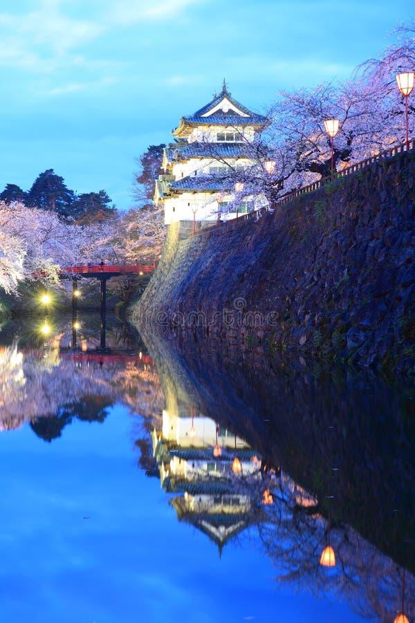 Enciéndase para arriba del castillo y de las flores de cerezo de Hirosaki fotos de archivo libres de regalías