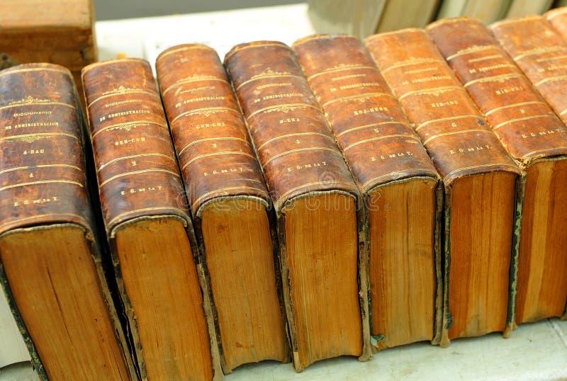 Enciclopédia velha A segunda mão registra em uma livraria, biblioteca, feira da ladra fotografia de stock royalty free