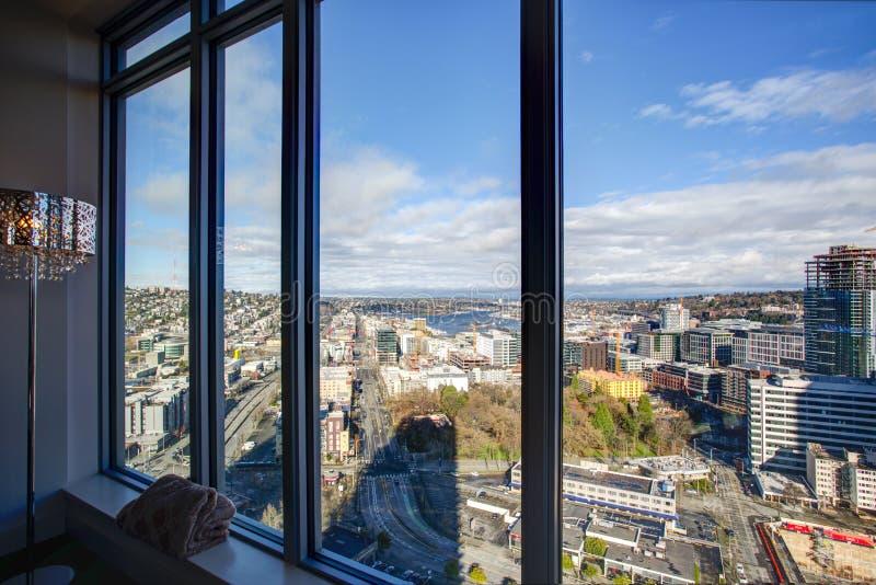 Encienda el apartamento llenado con la vista panorámica de Seattle imagenes de archivo