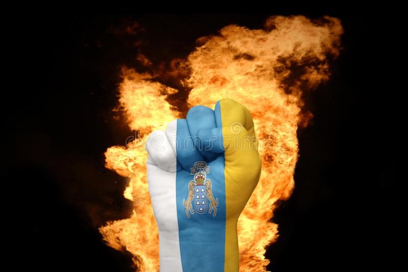 Encienda el puño con la bandera nacional de las islas Canarias fotos de archivo