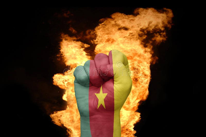 Encienda el puño con la bandera nacional del Camerún fotografía de archivo libre de regalías