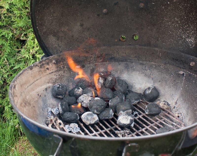 Encienda la parrilla del carbón de leña imagen de archivo