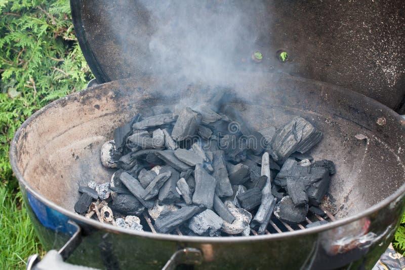 Encienda la parrilla del carbón de leña foto de archivo