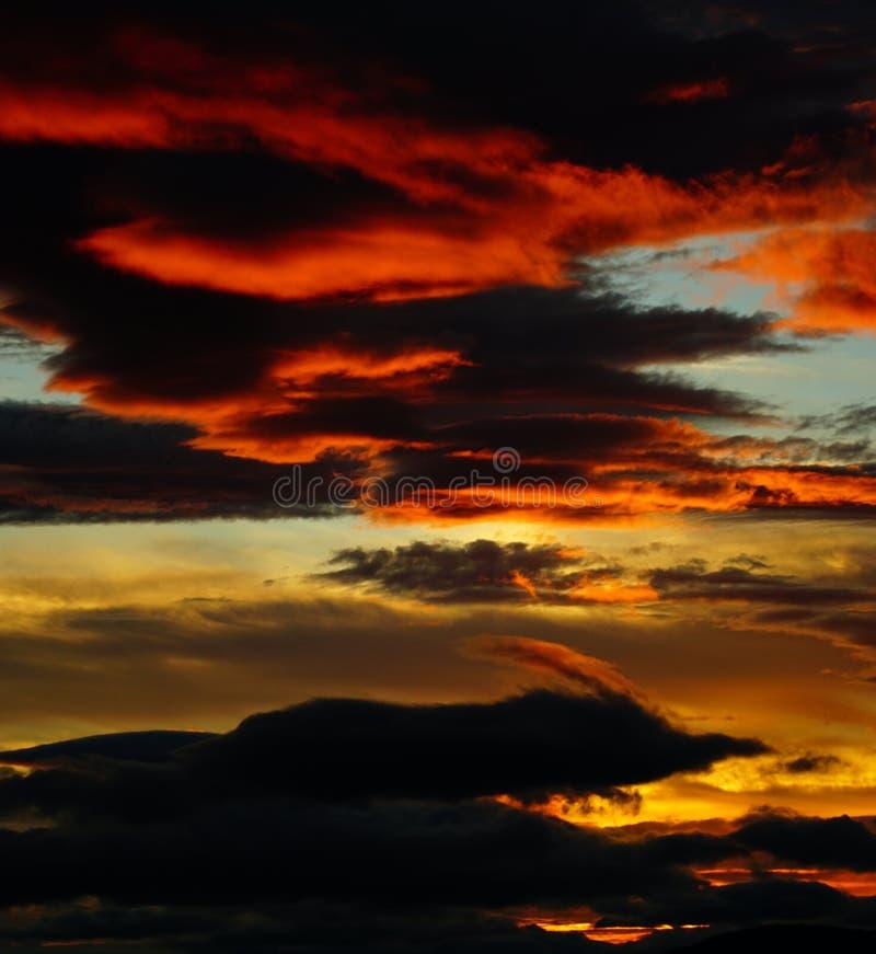 Encienda la puesta del sol, oscuridad, igualando la mirada hacia la montaña del oso imagen de archivo libre de regalías