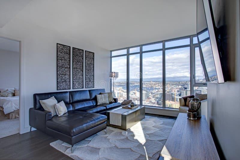 Encienda la sala de estar llenada con la vista panorámica de Seattle imágenes de archivo libres de regalías