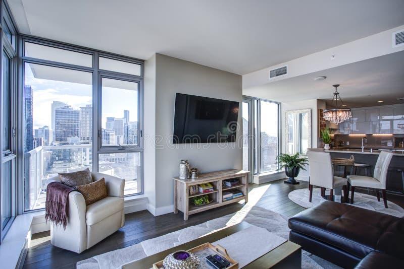 Encienda la sala de estar llenada con la vista panorámica de Seattle fotos de archivo