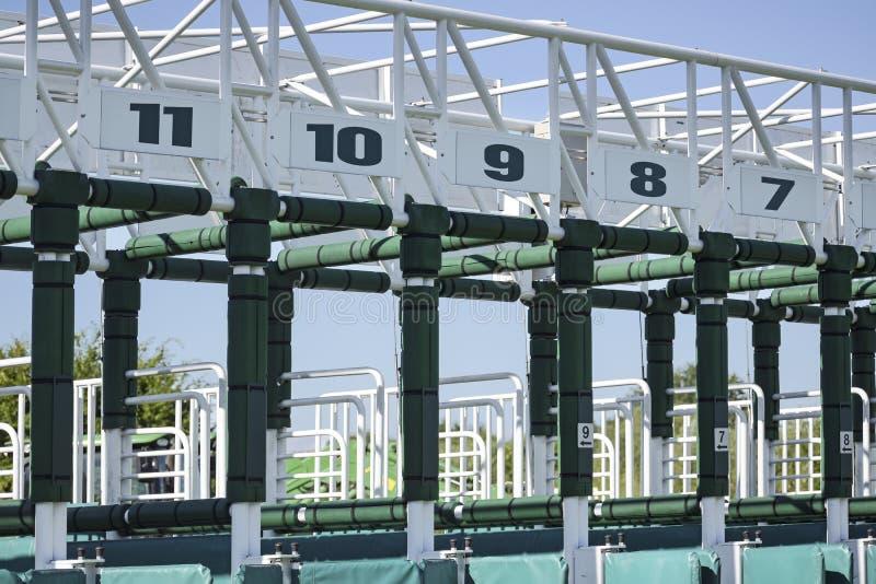 Encienda las puertas con los números para la carrera de caballos fotografía de archivo