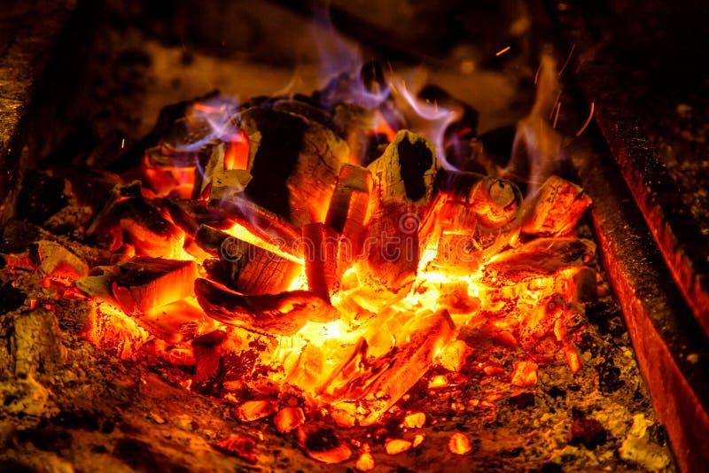 Encienda los carbones en la parrilla para cocinar el Bbq foto de archivo libre de regalías