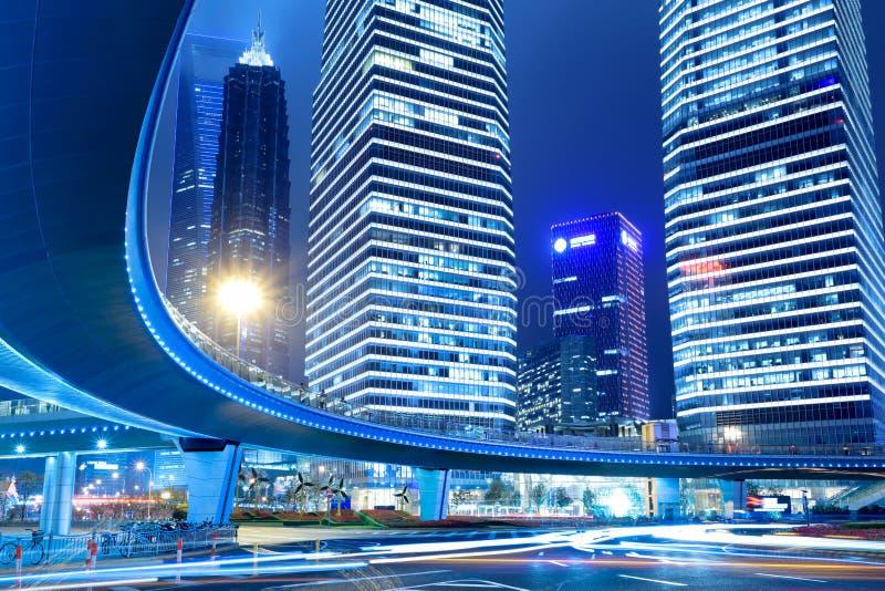 Encienda los rastros en el centro de la ciudad de Shangai en la noche fotografía de archivo libre de regalías