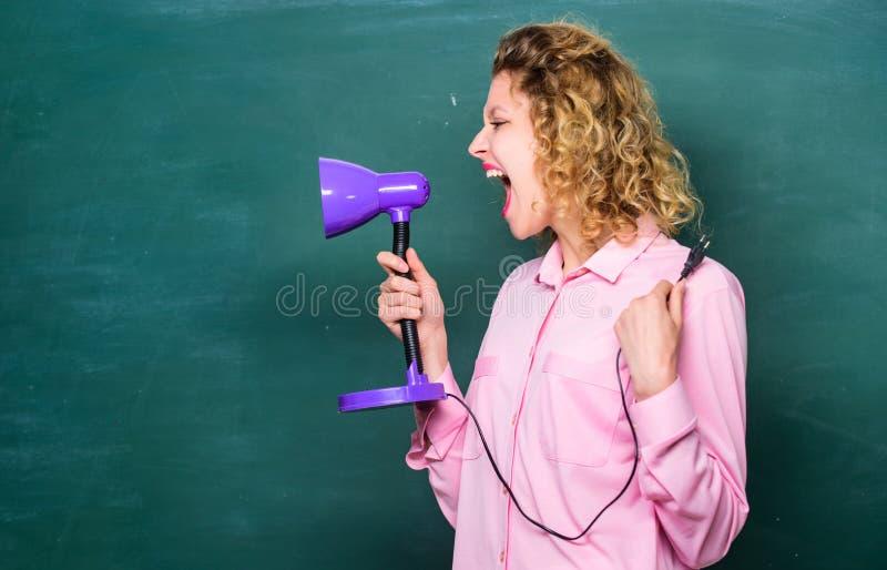 Encienda para arriba su manera Concepto de la educaci?n De nuevo a escuela profesor con la lámpara en la pizarra de la escuela in imágenes de archivo libres de regalías