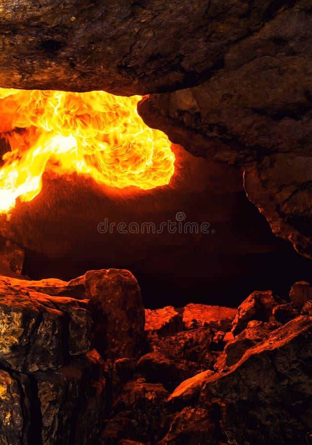 Encienda un voleo dentro de la cueva de piedra imagen de archivo libre de regalías