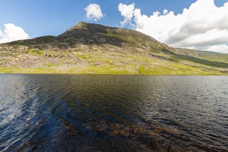 Encierre la montaña del año Ole Wen con el lago Llyn Ogwen en el primero plano imagen de archivo libre de regalías